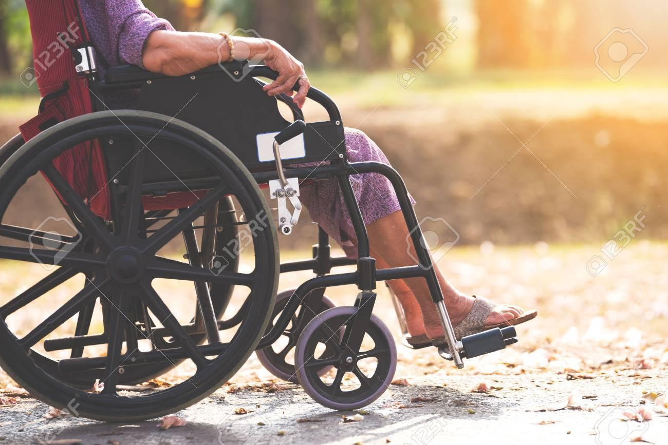 Les Personnes âgées Sur Chaise Roulante Banque Dimages Et Photos
