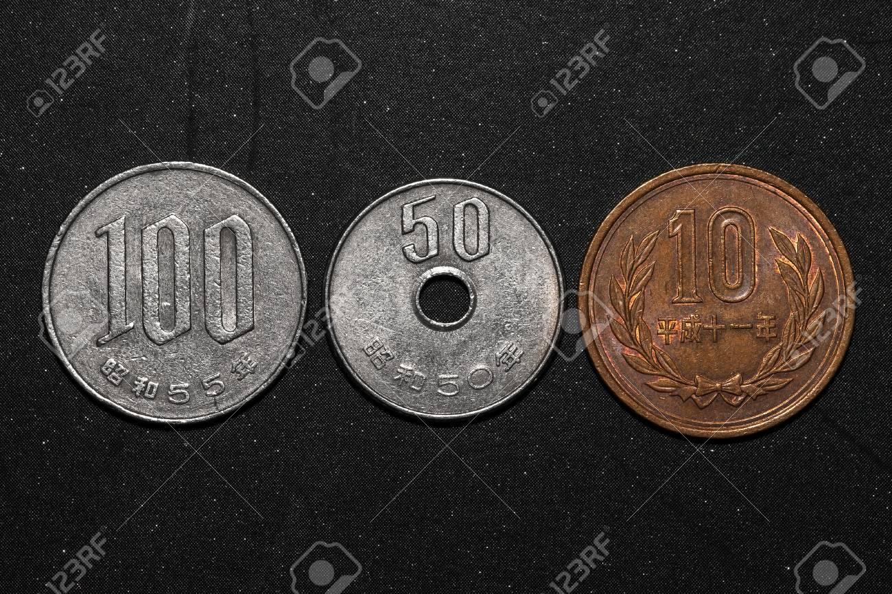 150100 Japanischen Yen Münzen Auf Schwarzem Hintergrund Farbe