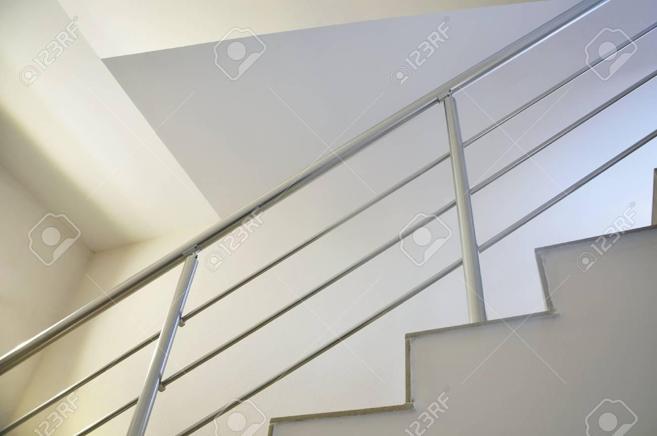 Détail De L\'escalier Moderne Blanc Avec Garde-corps En Métal ...