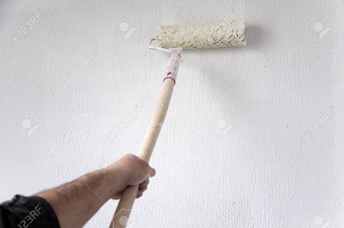 Réparation D Appartement Peinture De Mur Plâtré Avec De La Peinture Blanche Et Un Rouleau