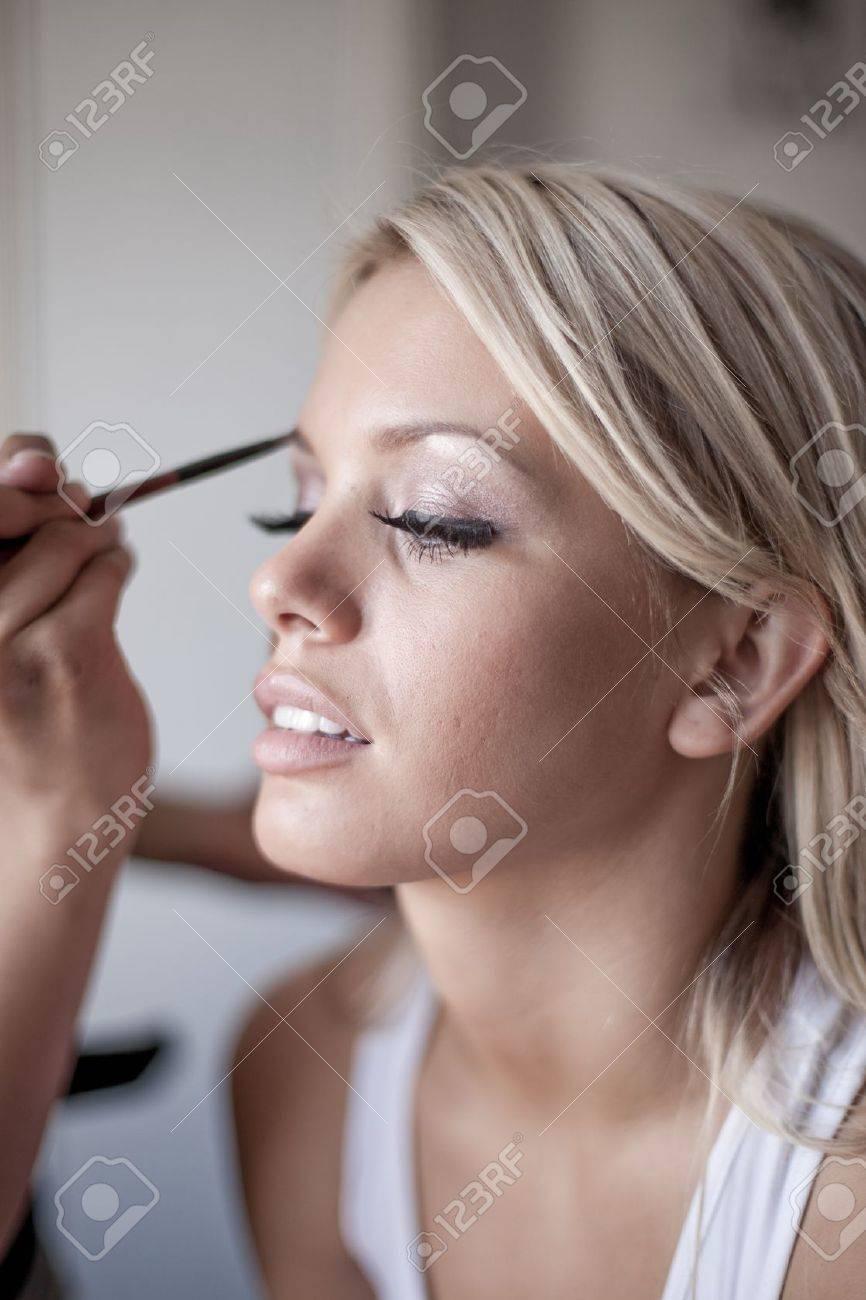 banque dimages jeune marie belle application de maquillage de mariage par maquilleuse professionnelle - Maquilleuse Professionnelle Mariage