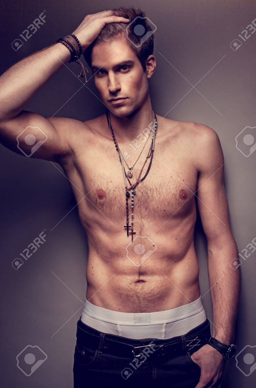 Handsome Sexy Nacktem Oberkörper Mann Mit Einem Kreuz Um Den Hals ...