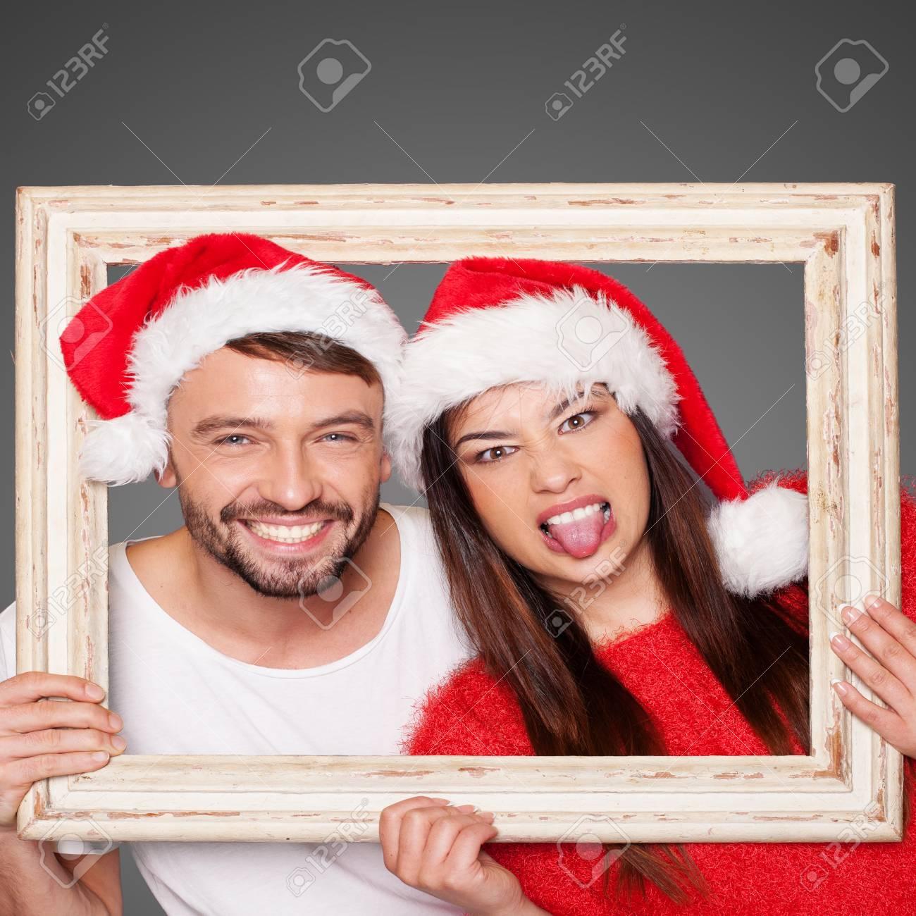 Pareja Busca A Través Y Vacía Marco De Imagen Con Sombreros De Santa ...