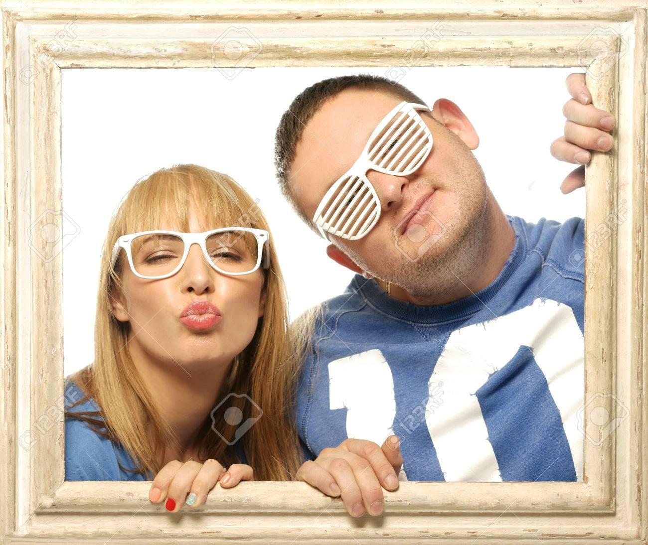 Liebevolle Paare Im Bilderrahmen. Schöne Junge Paar Auf Der Suche ...