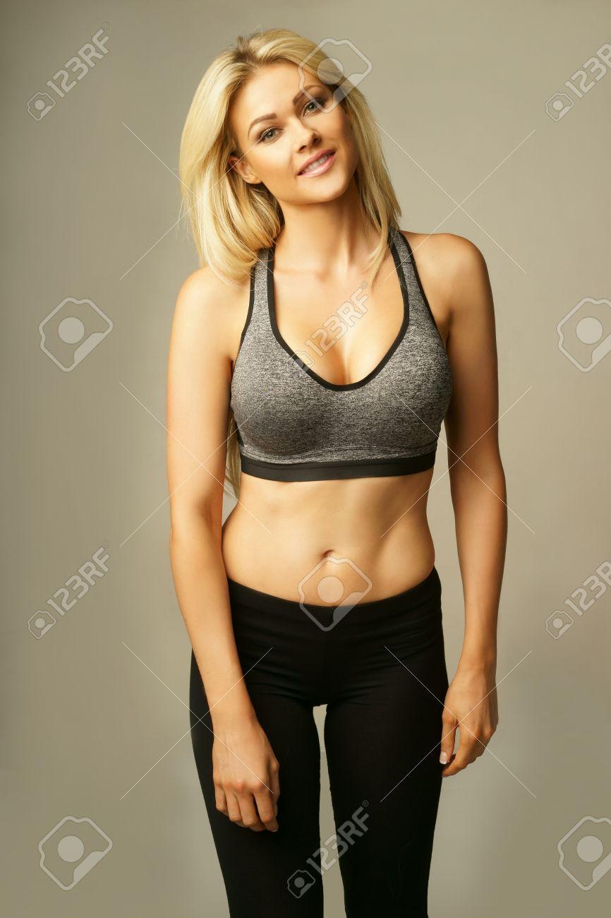 Schöne Formschöne Kurvige Junge Blonde Frau In Sexy Sportbekleidung