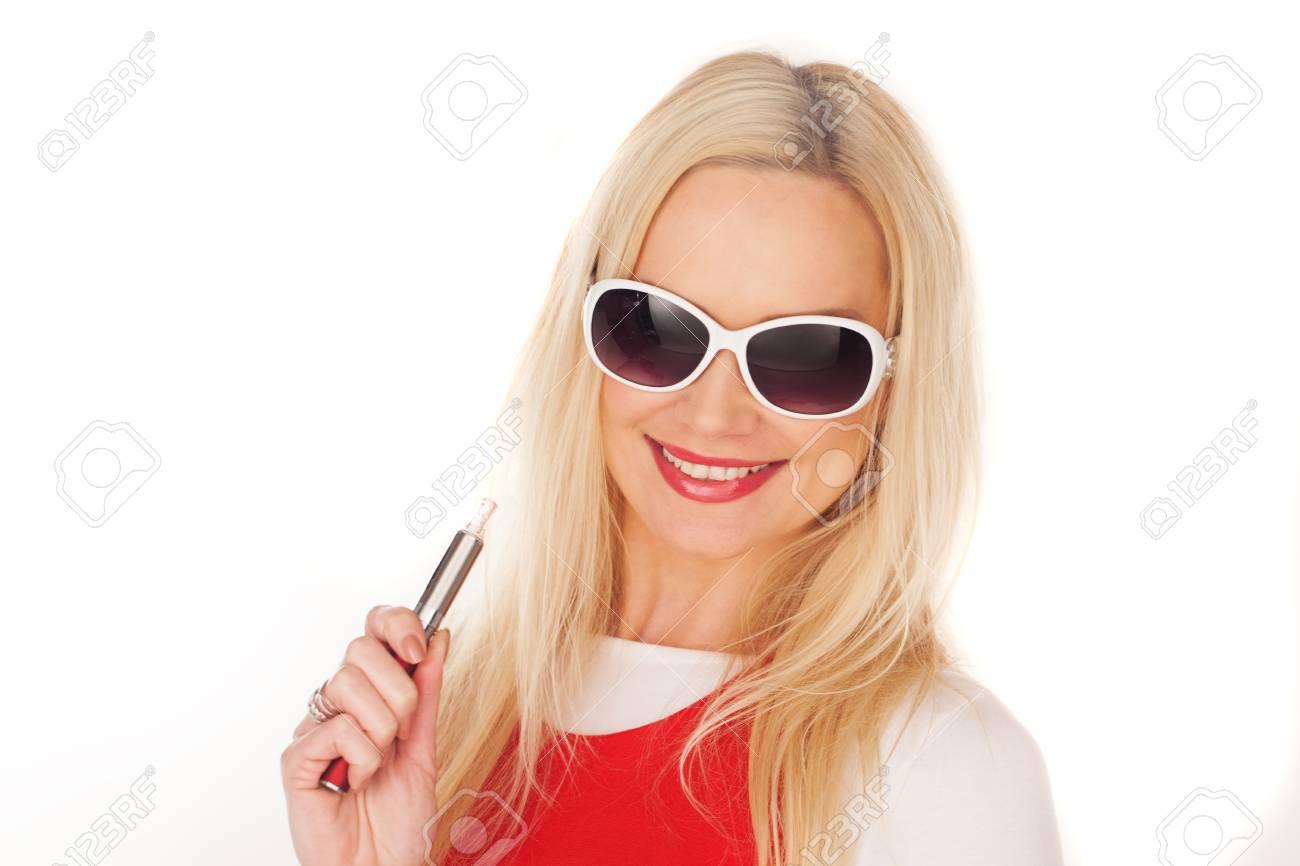 diseño unico envío gratis última selección de 2019 Mujer rubia bastante joven en gafas de sol blancas de moda la celebración  de un e-cigarrillo mirando a la cámara con una sonrisa radiante, aislado en  ...