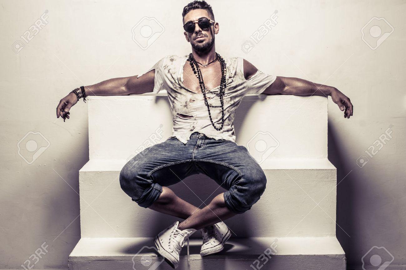 Encuadre De Cuerpo Entero Retrato De Hombre Joven Con Gafas De Sol Y ...