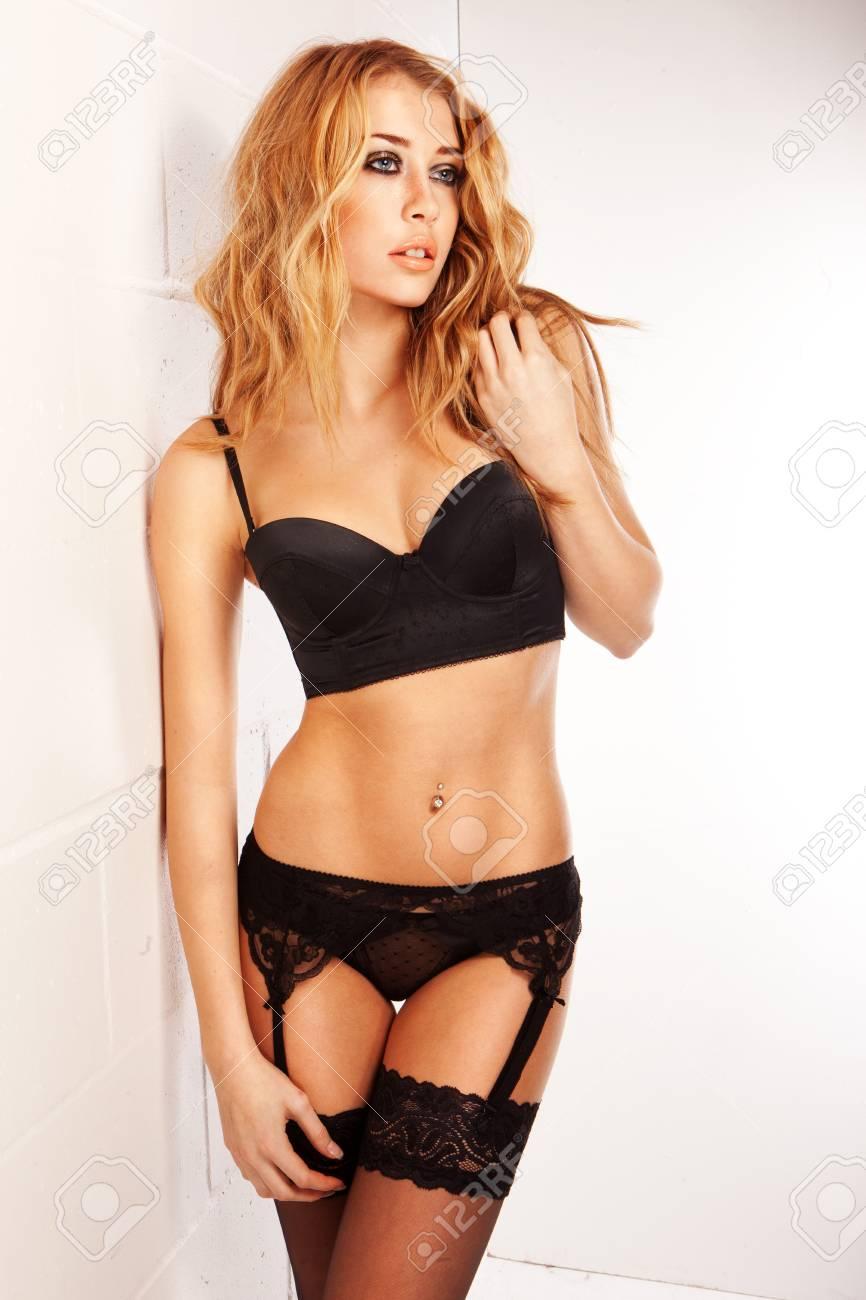 fba5e7ea9d67 Foto erótica de mujer joven y hermosa en ropa interior sexy