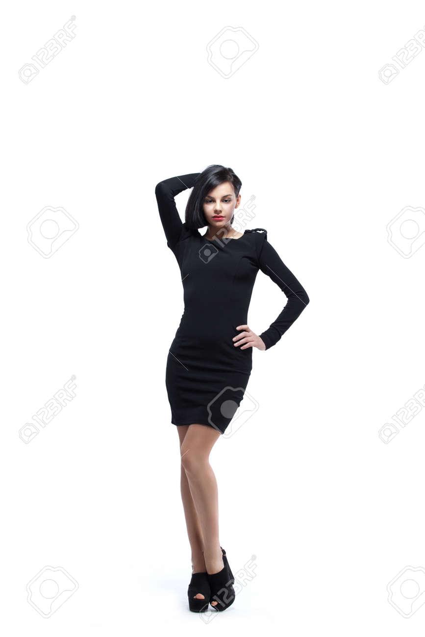 a4e379aa8b07d Foto de archivo - Mujer con estilo joven con un vestido negro y zapatos de  tacón