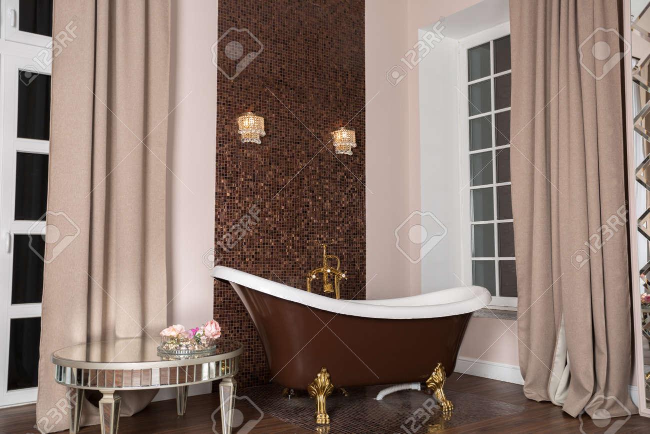 Baignoire Sur Pieds Dans Une Salle De Bains Luxueuse Banque D\'Images ...