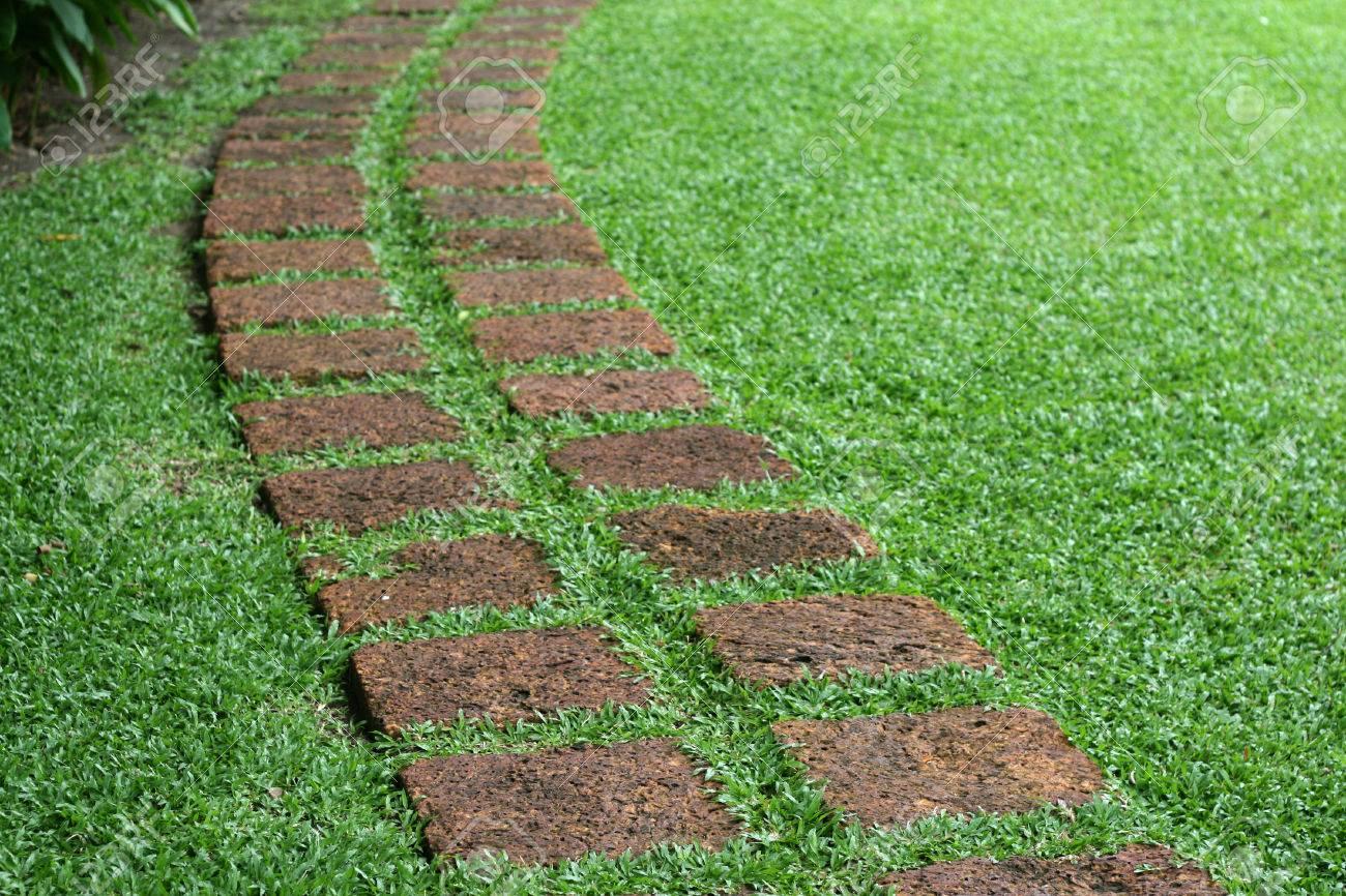 camino formado losas de piedra en un jardn foto de archivo