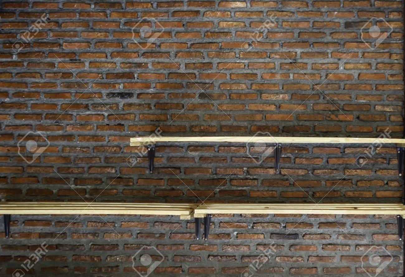 Etagere Sur Mur En Brique vide étagère en bois sur fond vieux mur de briques
