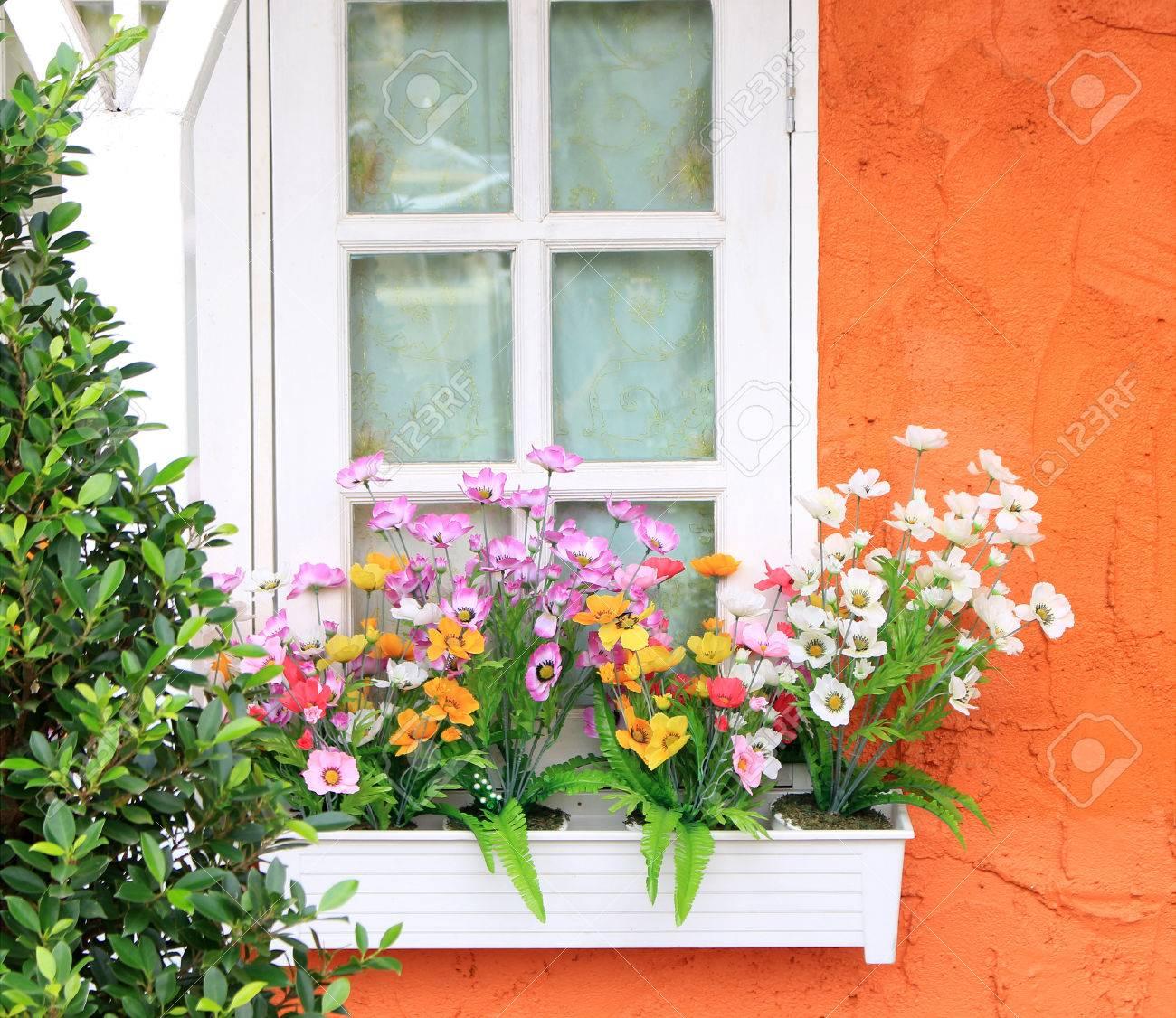 Blumenkasten Im Fenster Der Orange Gebaude Lizenzfreie Fotos Bilder