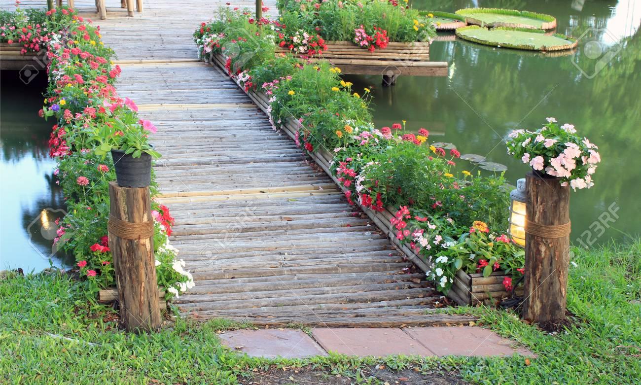 Bambus Brücke Mit Blume Im Garten Lizenzfreie Fotos Bilder Und