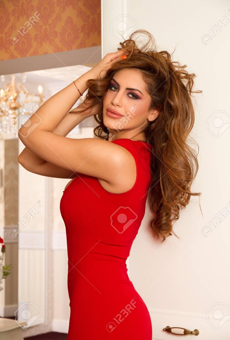 6efe7b2de7f8d Schönes Modell In Einem Sexy Roten Kleid Lizenzfreie Fotos, Bilder ...