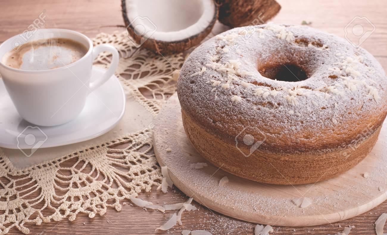 Torta Tradizionale Al Cocco E Una Tazza Di Latte Con Caffè Torta