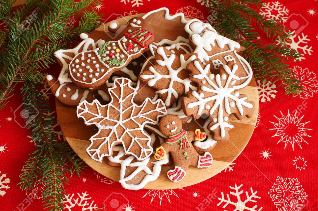 foto de archivo galletas de jengibre de navidad placa sobre la mesa decorada