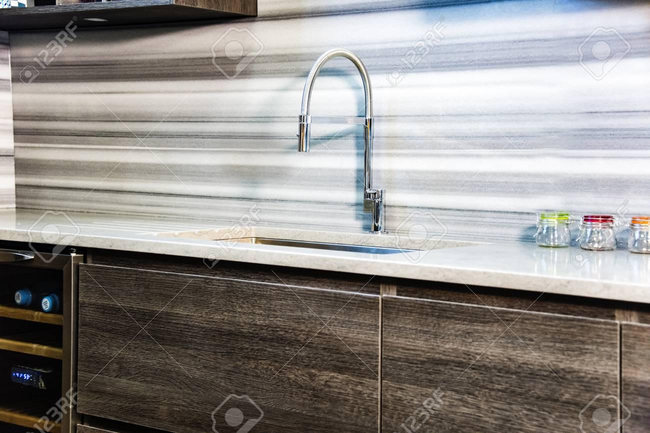 Schöne Moderne Küche Granit-Arbeitsplatte, Braune Küche Mit Einem ...