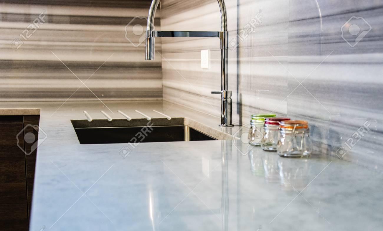 Moderne Weisse Und Graue Kuchen Arbeitsplatte Mit Vollem Granit