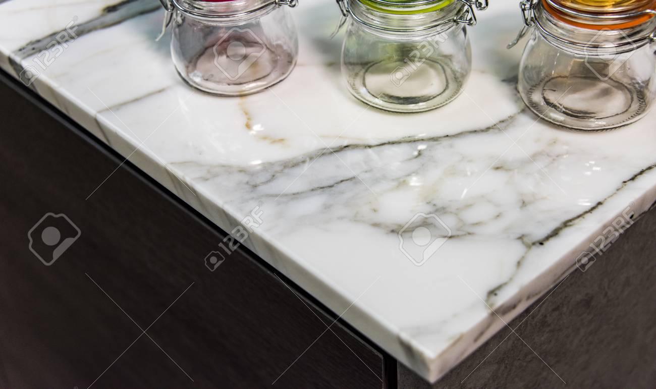 Moderne Kuche Mit Bunten Behaltern Auf Theke Marmor