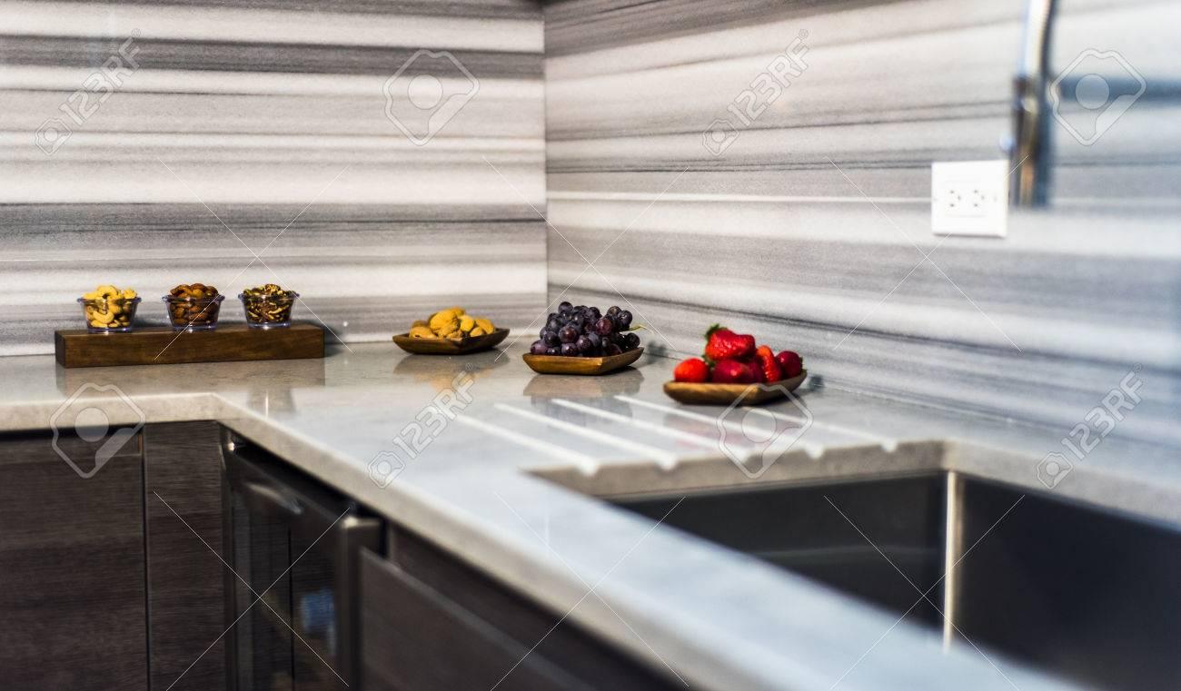 Moderne Braune Küche Mit Bunten Lebensmittelzutaten Auf Die ...