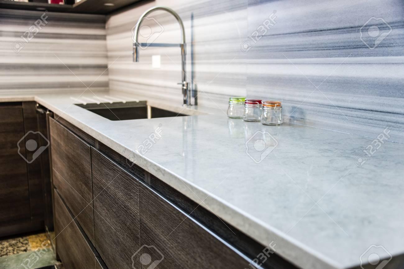 Braune Moderne Schränke Mit Küchen-Arbeitsplatte, Granit-Zähler Und ...