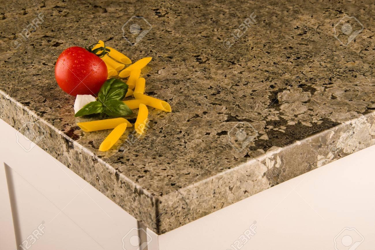 Weiße Küchenschränke Mit Grünlicher Granit-Arbeitsplatte Mit ...
