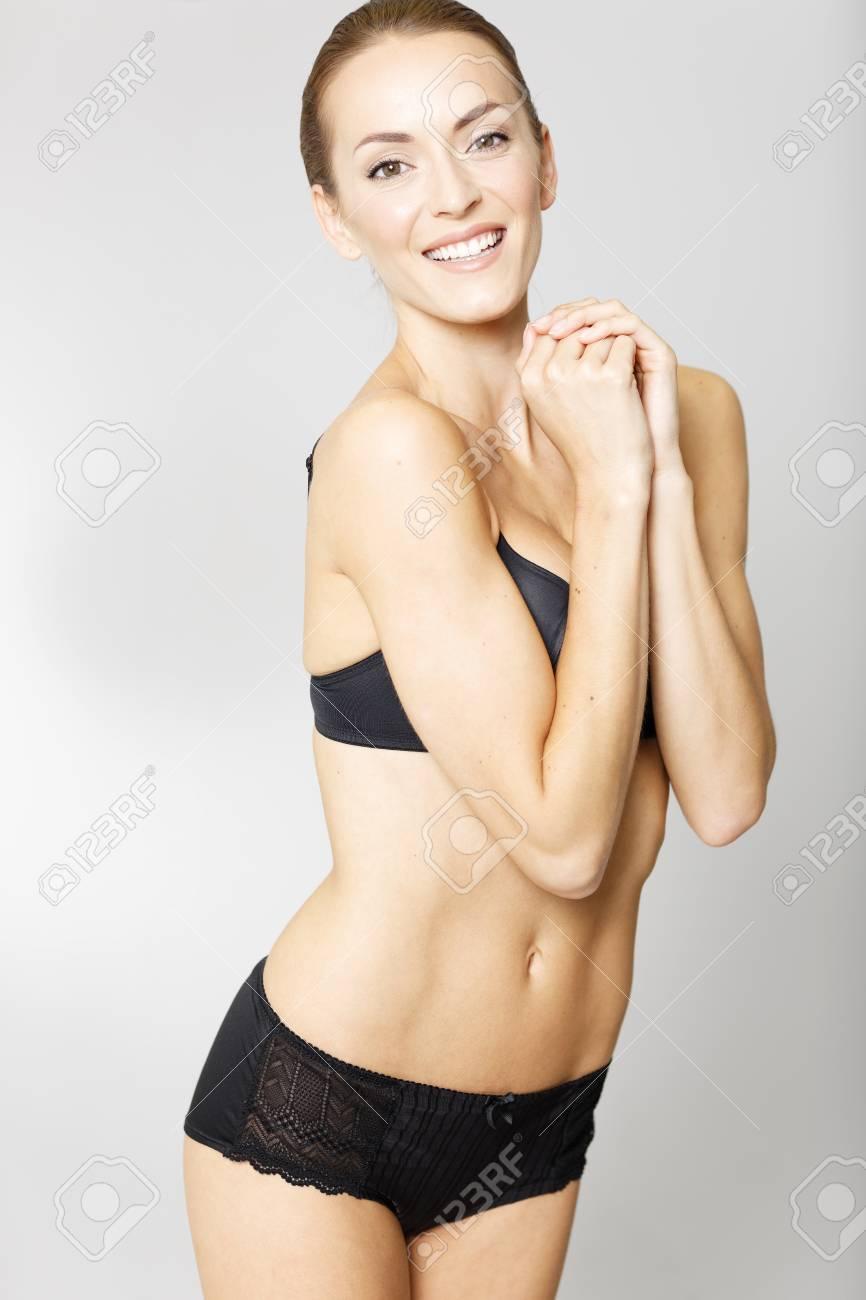 b23e8a5bc0 Giovane donna attraente in biancheria intima nera su un sorridere isolato  della priorità bassa