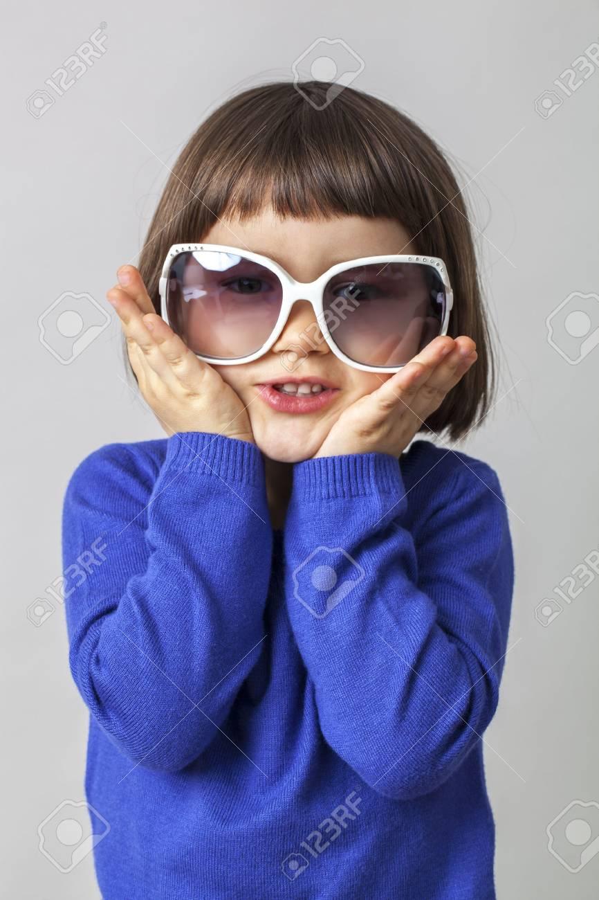 Que Disfraz Bebé Años Para Sostiene Enormes Sol Edad De Gafas 3 WeQrxBECdo