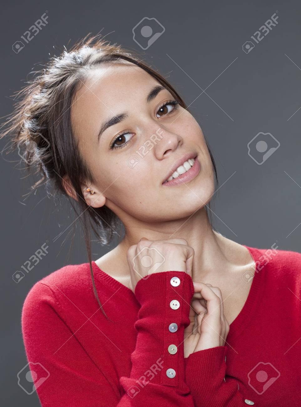 Belle Fille Metisse séduction concept - portrait de la belle fille métisse souriante se