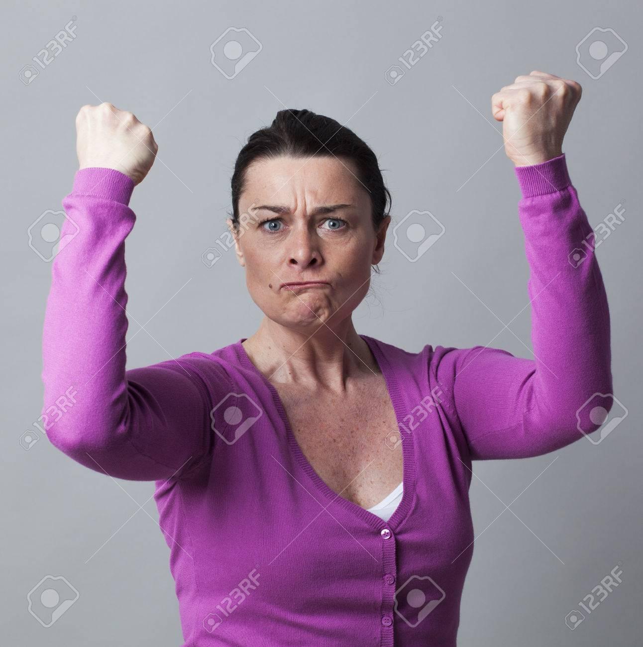 Muskel-Konzept - Wütend 40s Frau Mit Den Armen Gestikulierte Hob ...