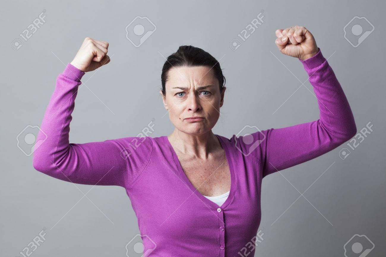 Muskel-Konzept - Kämpfen 40s Frau Mit Den Armen Gestikulierte Hob ...