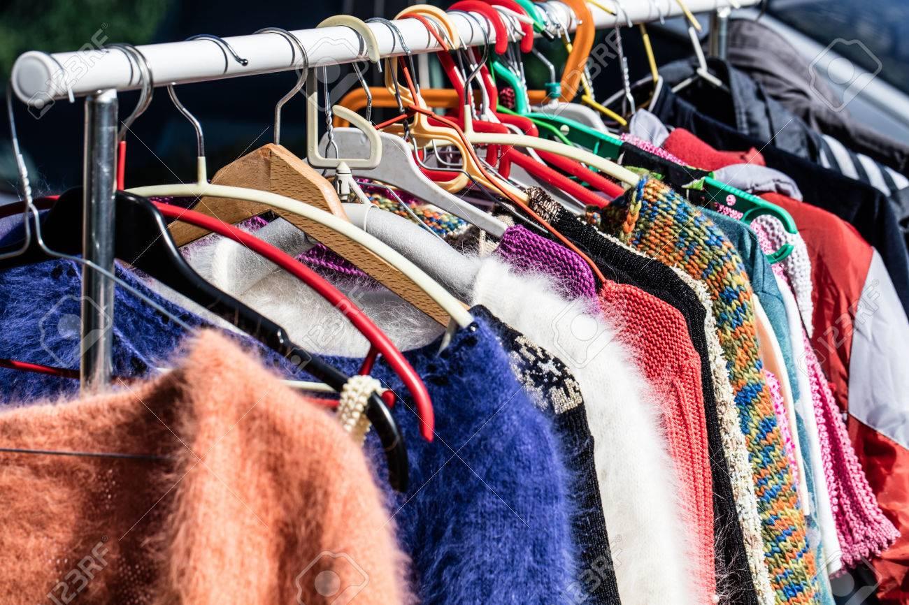Suéteres de colores de las mujeres de segunda mano en exhibición para la reventa, el reciclaje, la donación, la reutilización o el bienestar para la