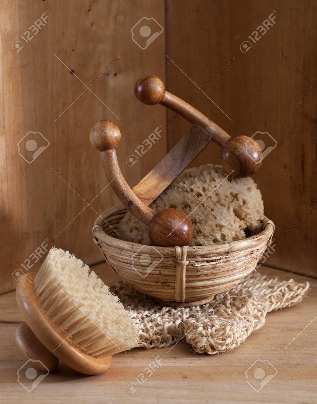 Accessoires Salle De Bain Turquie ~ hammam bain turc ou sauna fond de bois avec une brosse su doise du