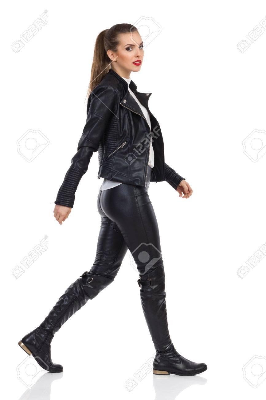 Veste Isolé Pantalon Regardant Bottes De Cuir Une Marche Longueur En Tourné Jeune CaméraPleine Studio Et Femme Sur La NoirDes JF1cT3Kl