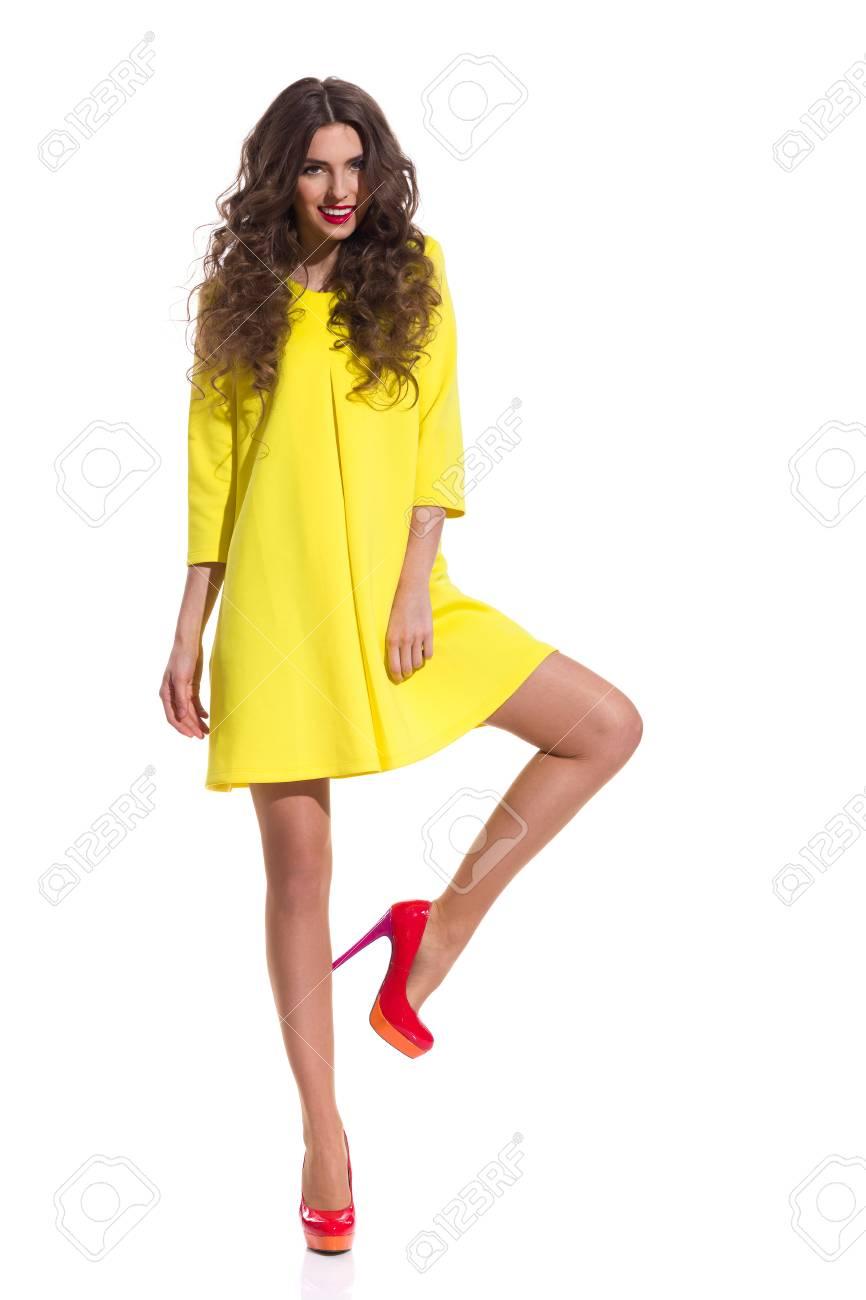 Vestido blanco con zapatos amarillos
