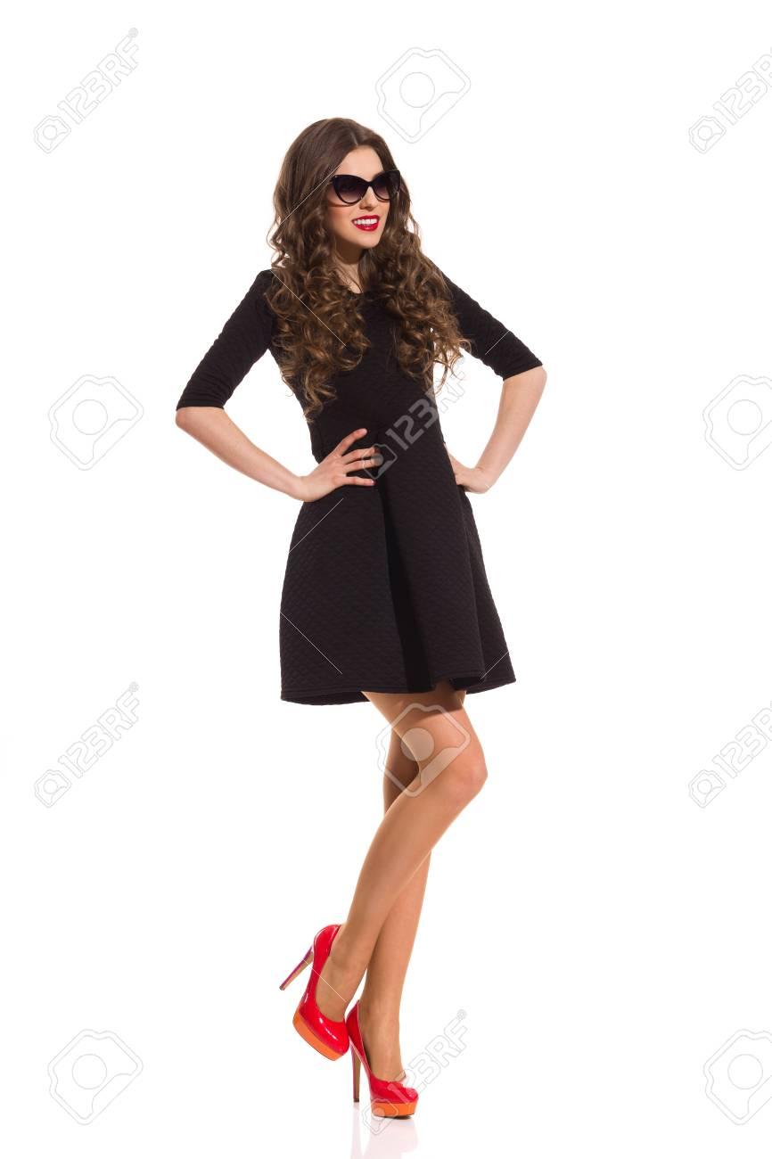 Vestido negro zapatos rojos fotos