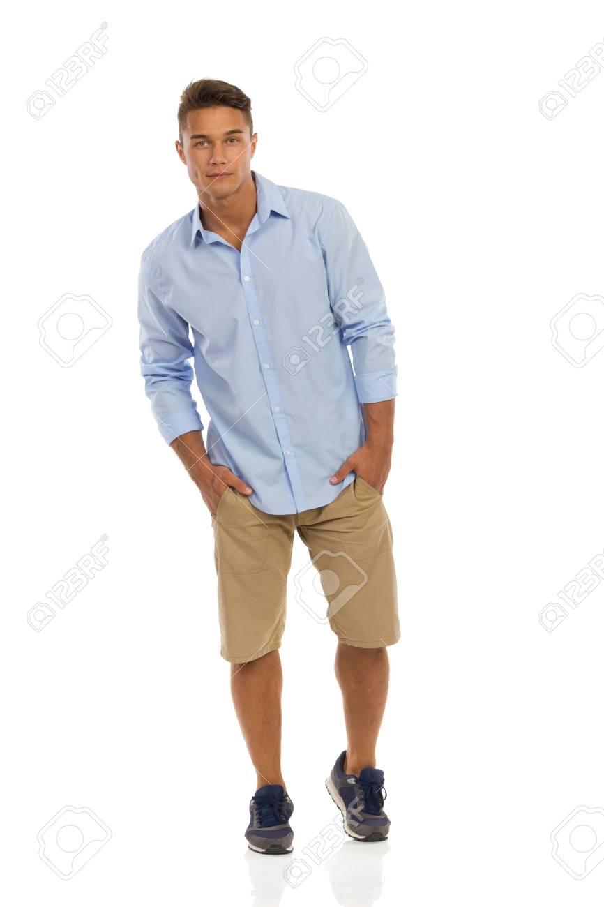 Et Jeune Handsme Homme En Bleue Chemise Des Short Baskets Beige 6fZAqf