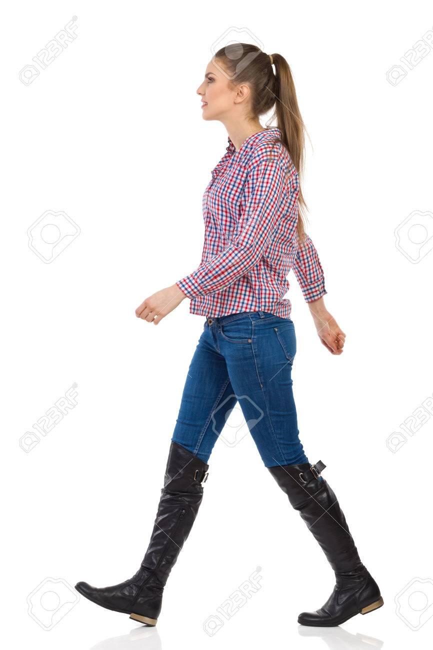 Joven Estudio Mujer Y PieVista En Pantalones VaquerosBotas Completa Camisa De A Aislado Negras Leñador LateralTiro Longitud Blanco vmw8yNOn0P
