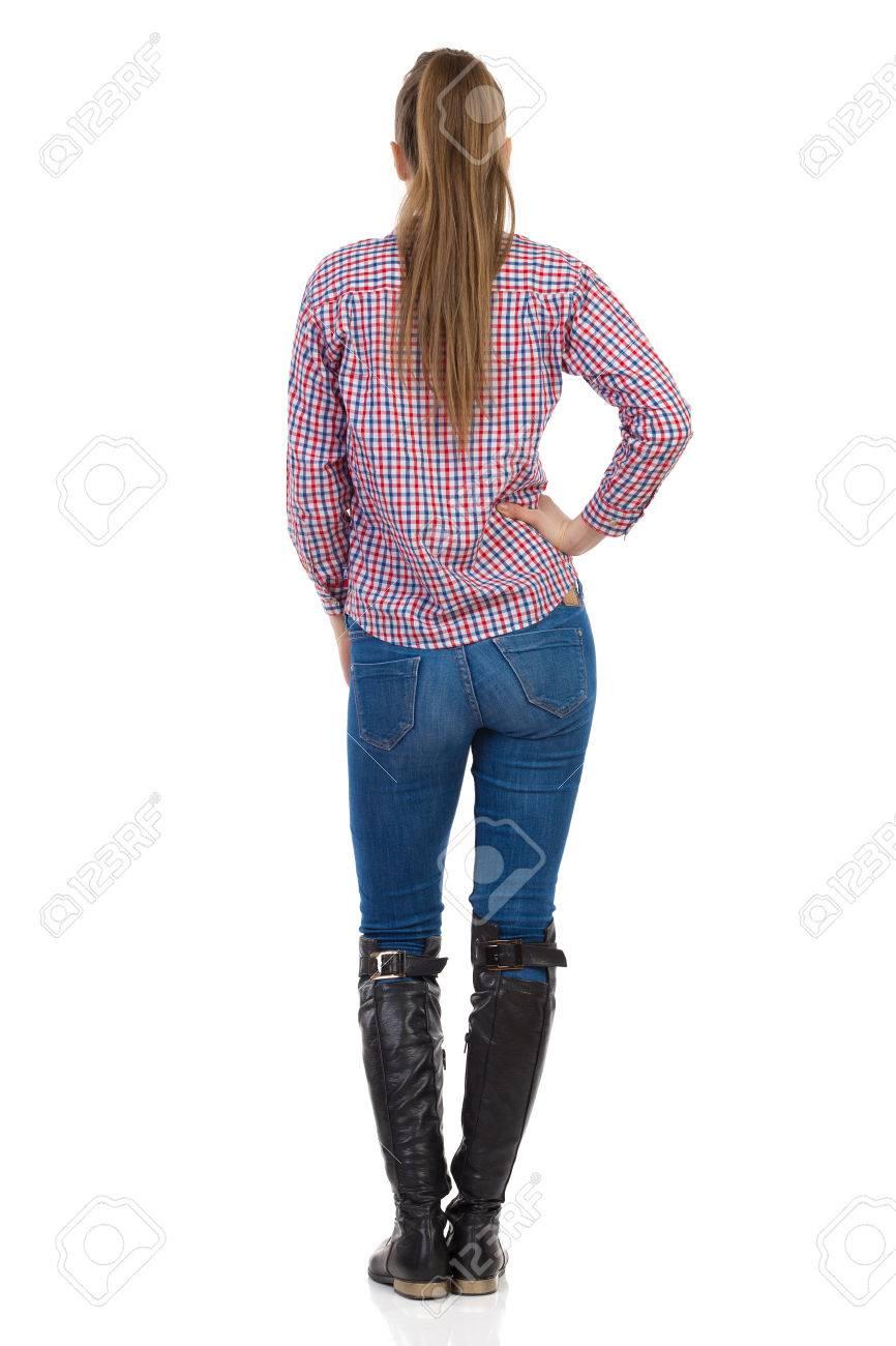 a8b3626a07 Foto de archivo - Mujer joven en pantalones vaqueros