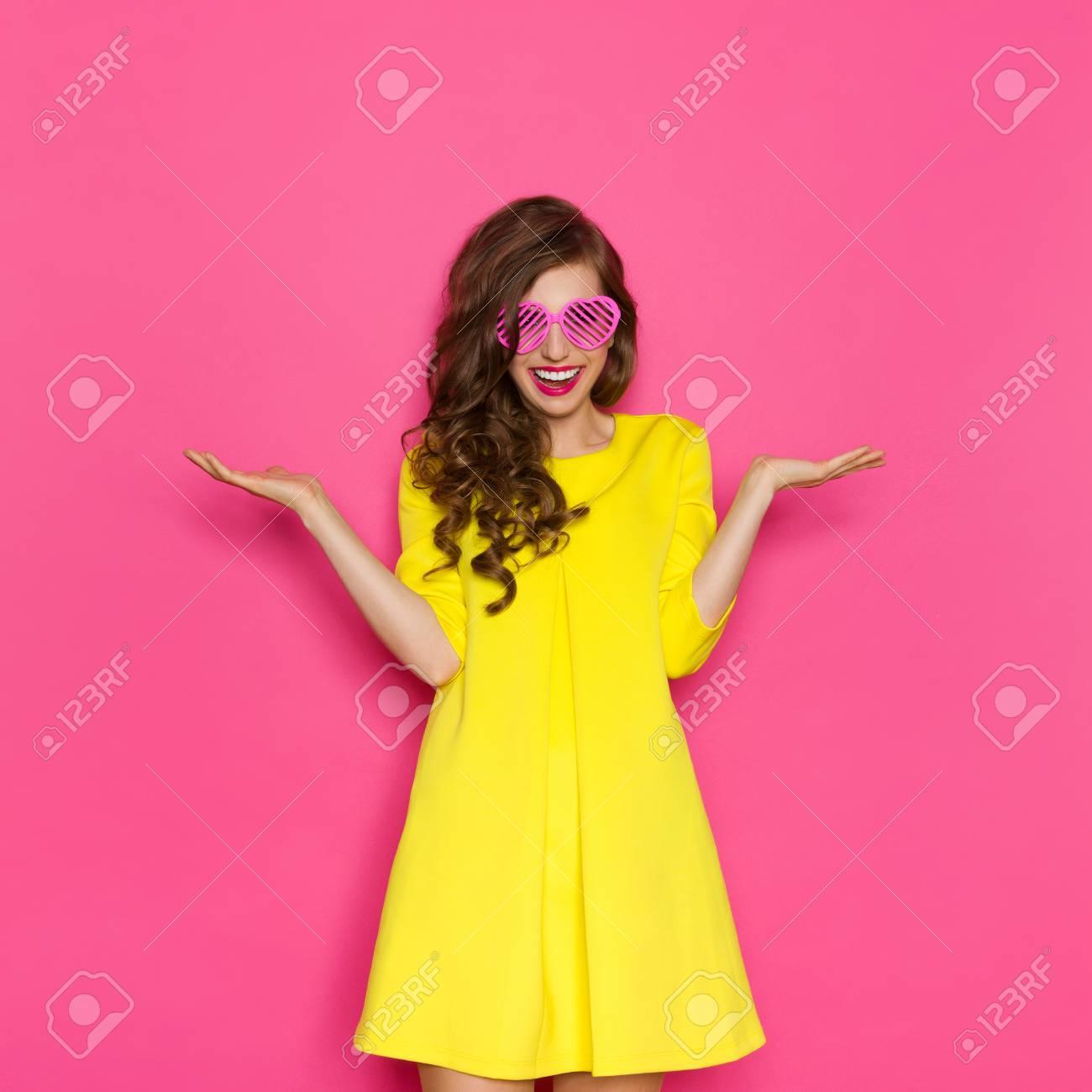 Extraordinaire Sourire Belle Jeune Fille En Mini Robe Jaune Posant Avec Les Bras @TD_58