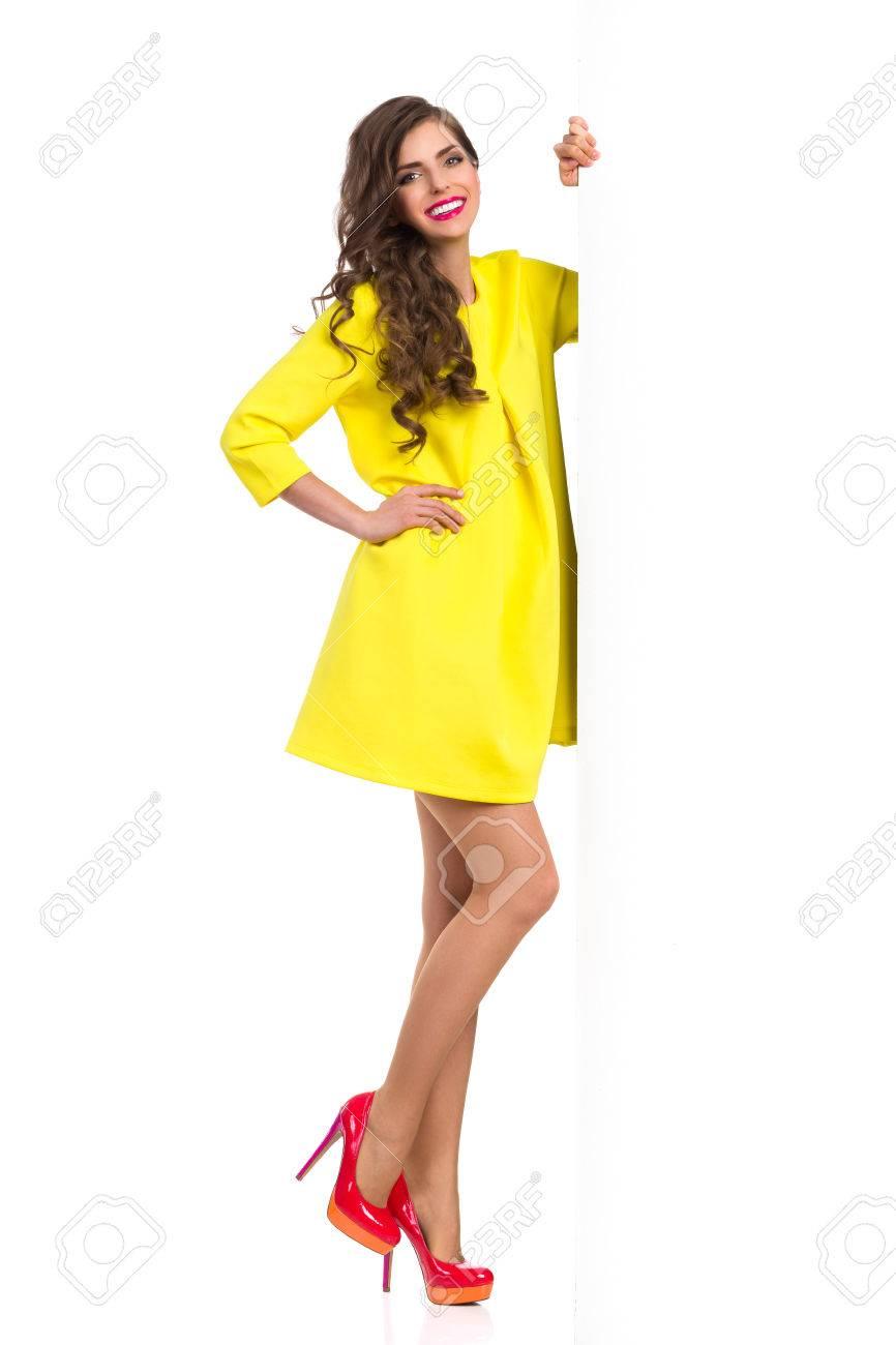 Mujer con vestido amarillo