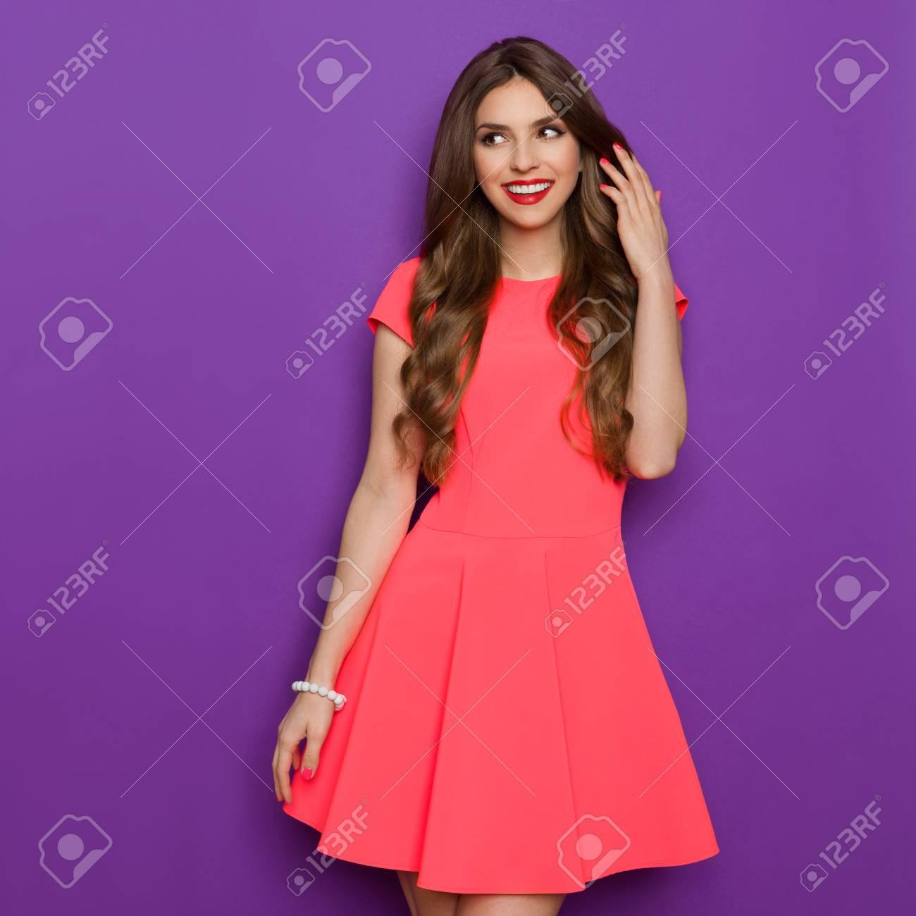 La Mujer Joven Sonriente Elegancia En Rosa El Mini Vestido De La ...