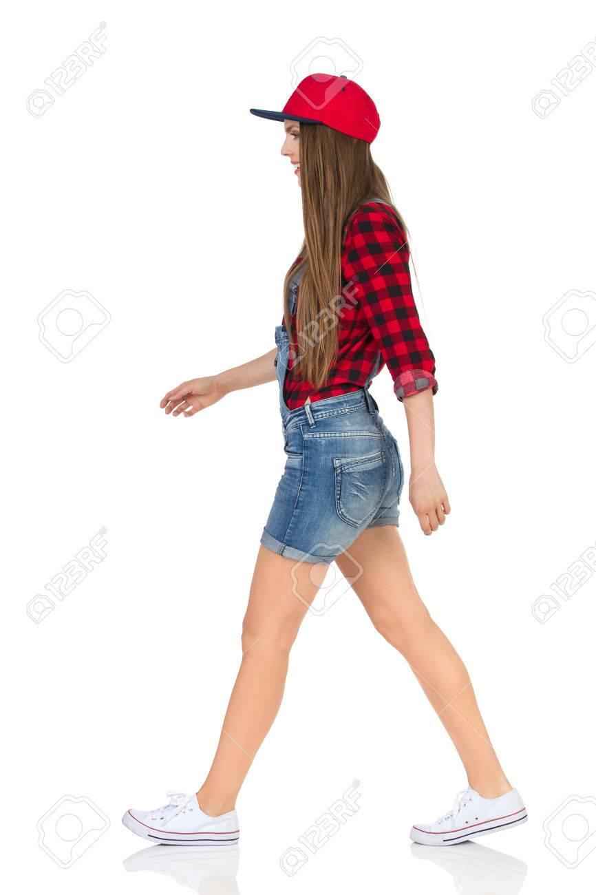 En Deporte Caminando Blancas FueraVista Camisa Y Tapa Llena Leñador Mujer Mirando Lateral De Cortos Zapatillas RojoPantalones Vaqueros I6gyvb7Yf