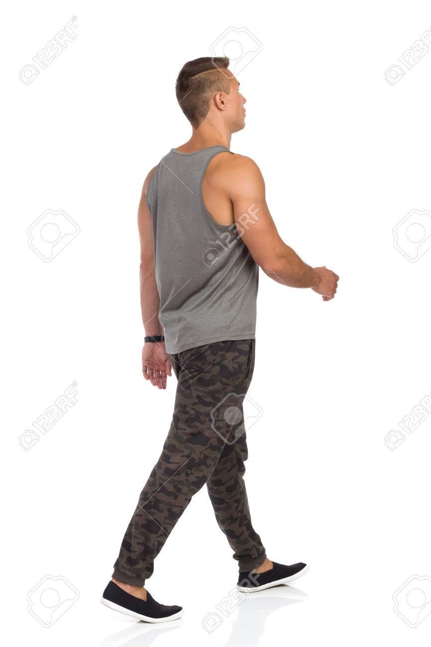 Survêtement Camo Dans Marchant Un De Homme Jeune Pantalon Avec px8OqwYw
