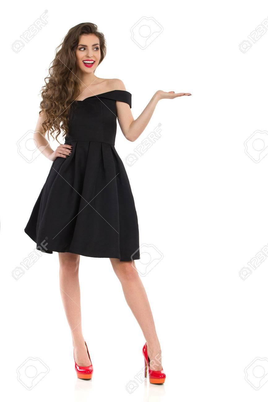 Schöne Junge Frau Im Eleganten Schwarzen Cocktail-Kleid Und Roten ...