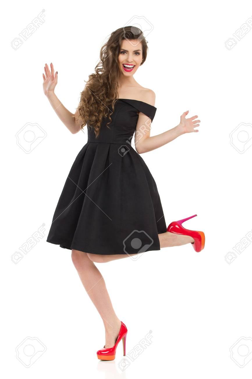 Schöne Junge Frau Im Eleganten Schwarzen Cocktailkleid Und In Den ...