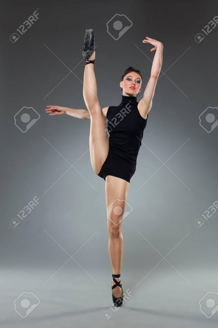 af0995c7f9 Foto de archivo - Mujer bailarina de ballet está posando en una pierna.  Estudio de longitud completa disparó sobre fondo gris.