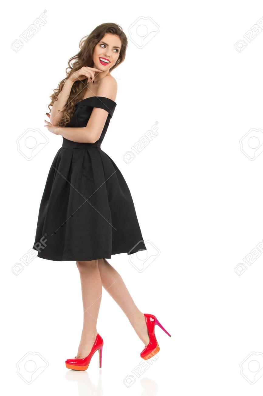 Schöne Junge Frau In Eleganten Schwarzen Cocktail-Kleid Und Roten ...