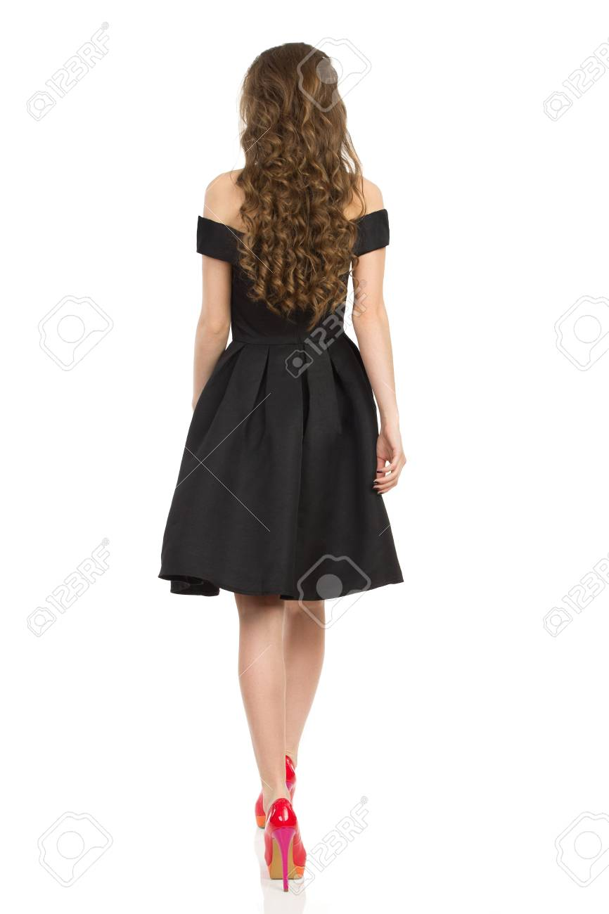 1f16773e0c Foto de archivo - Mujer joven en vestido negro elegante del bigote y  zapatos rojos tacones están fotografiados . estudio de longitud completa  disparó en ...